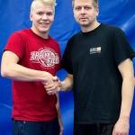 Hannu Korhonen (oik) onnitteli Valtteri Korkiakoskea hyvin suoritetusta tasokokeesta