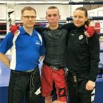 Tino Saarikangas (kesk) suoritti lauantaina potkunyrkkeilyn ruskean vyön