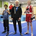 Riku Rajalin (kesk) koutsasi Abdelsalamin (vas) ja Rasmuksen (oik) Kultahansikas-turnauksen sarjavoittoihin