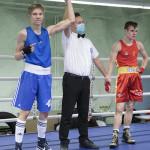 Kehätuomari Harri Juutilainen nosti espoolaisen käden ilmaan voiton merkiksi